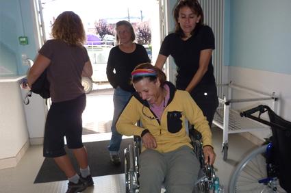 Anne a sa prise en charge à l'hôpital avec un fauteuil roulant. Le tout avec le sourire...
